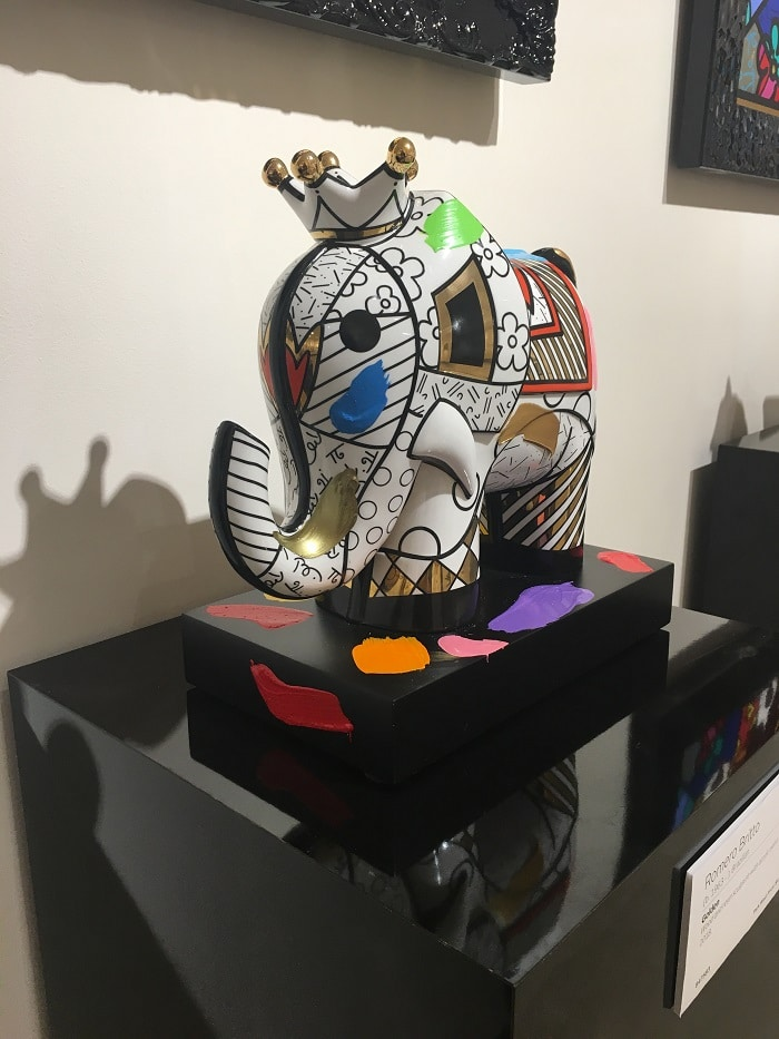 "Medium and large sculptures benefit from a pedestal. This is ""Golden"" (2018) by Romero Britto"