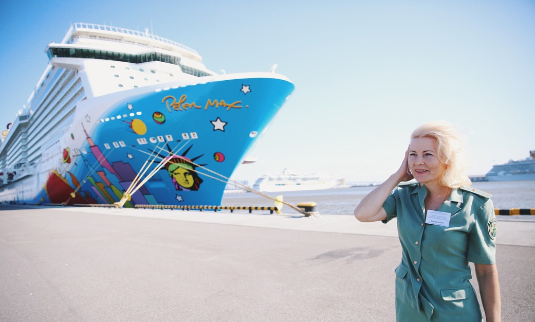 From @customs_rus: Norwegian Breakaway cruise ship art